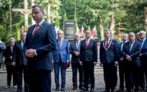 Prezydent Andrzej Duda zapalił znicze na grobach w Lesie Szpęgawskim