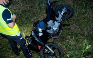 Policjanci pracowali na miejscu wypadku drogowego z udziałem motocykla