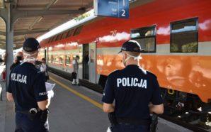 Policjanci sprawdzali, czy nosimy w pociągu maseczki