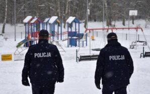 Policjanci dbają o bezpieczeństwo dzieci podczas zimowych ferii